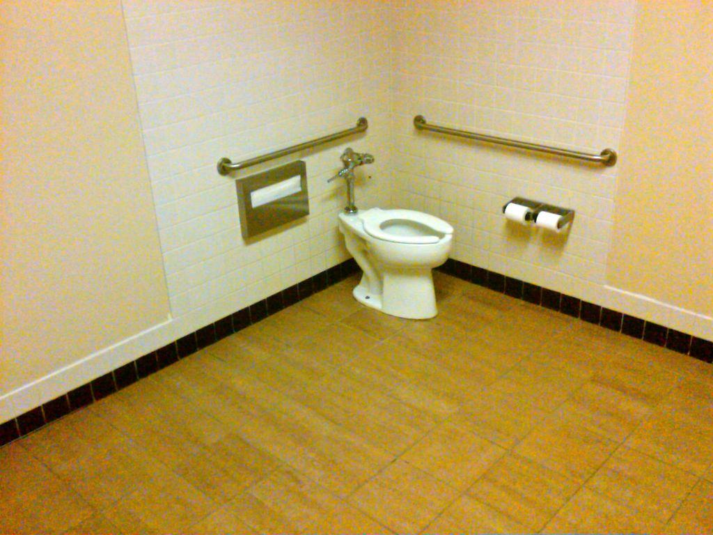 広いトイレ・・・ - アメリカでみかけた英語で英語学習